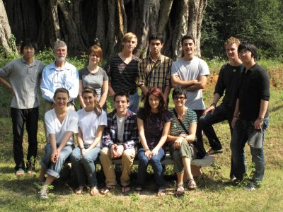 krishnamurti-students-in-front-of-gurukula-botanical-sanctuary